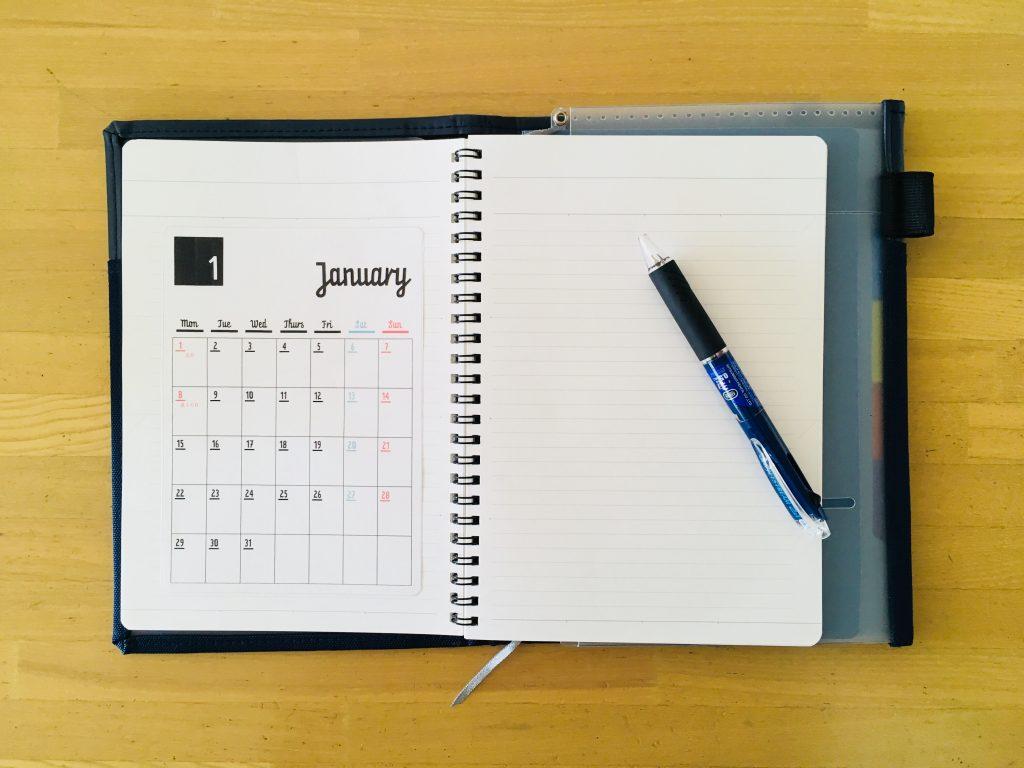 ノートにカレンダーを貼る